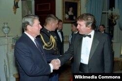 Дональд Трамп (справа) и президент Рональд Рейган. Белый дом, 1987 год.