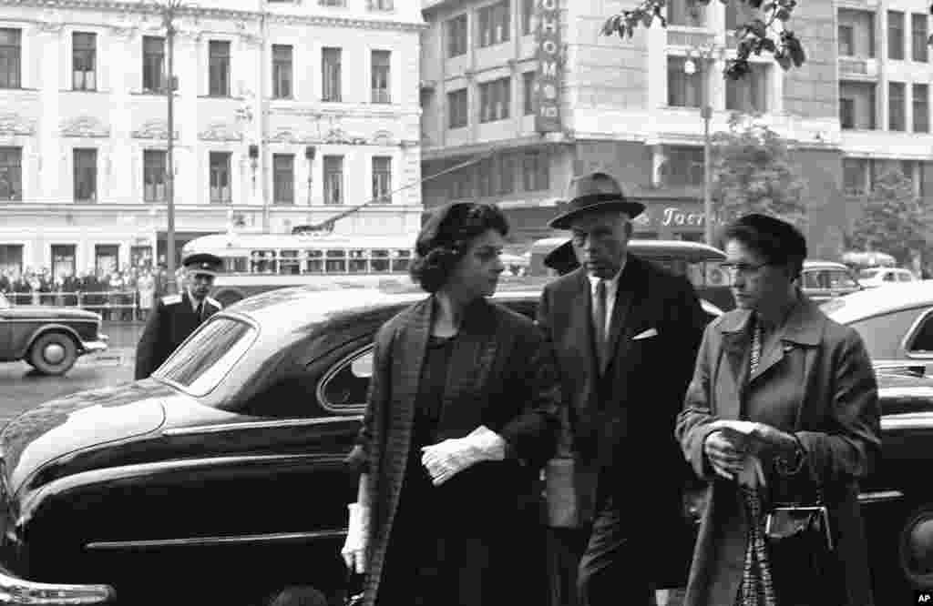 Дружина Пауерса– Барбара (ліворуч)– у супроводі свого адвоката Олександра Паркера і її матері Монтін Браун, коли вона прибуває на судовий розгляд у справі свого чоловіка