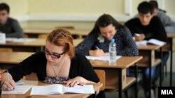 Disa studentë në Shkup.