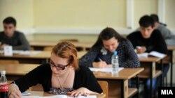 Студенты сдают в аудитории экзамен. Иллюстративное фото.
