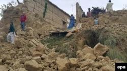 Пакистандын Ооганстан менен чектешкен Баджаур аймагынын тургундары жер титирөөдөн кийинки урандылардын үстүндө турат. 26-октябрь, 2015-жыл