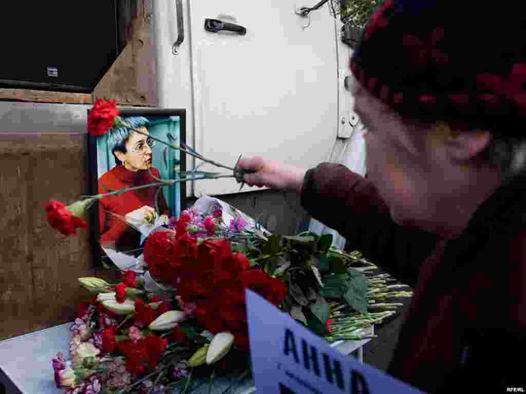 Russia -- Human rights activists at a rally in honour of slain journalist Anna Politkovskaya, in Moscow, 07Oct2009