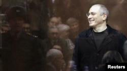 Сүрөттө: М.Ходорковский үч жыл мурда Москвада өткөн сот учурунда.