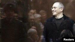 Заключенный российский бизнесмен Михаил Ходорковский в суде. Москва, 27 декабря 2010 года.