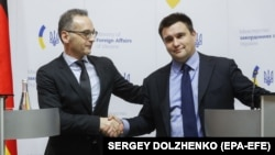 Ukrainian Foreign Minister Pavlo Klimkin (right) and his German counterpart Heiko Maas attend a news conference following talks in Kyiv on January 18.