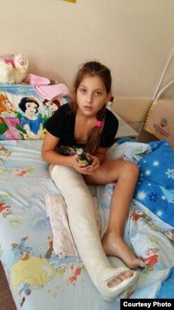София Функ, пострадавшая при падении с поврежденной горки на детской площадке в городе Темиртау. Фото из личного архива семьи Функ.