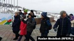 Школьники идут на на лыжно-биатлонный комплекс. Алматы, 3 февраля 2017 года.