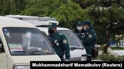 Сотрудники органов внутренних дел проверяют документы водителей на блокпосту в Ташкенте. Апрель 2020 года.