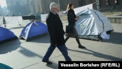 Министър Ананиев преминава покрай палатковия лагер на медицинските сестри, протестиращи пред Министерския съвет срещу липсата на реформи и ниските си заплати. Декември 2019 г.
