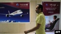 Иранский мужчина рядом с офисом представительства Qatar Airways в Тегеране. 6 июня 2017 года.