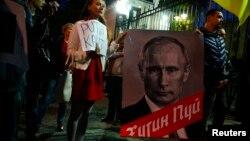 Демонстрация у российского посольства в Варшаве в день 62-летия Владимира Путина 7 октября 2014 года