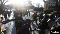 Полиция жардыруу болгон жерден адамдарды чыгарууда. 12-январь, 2016-жыл