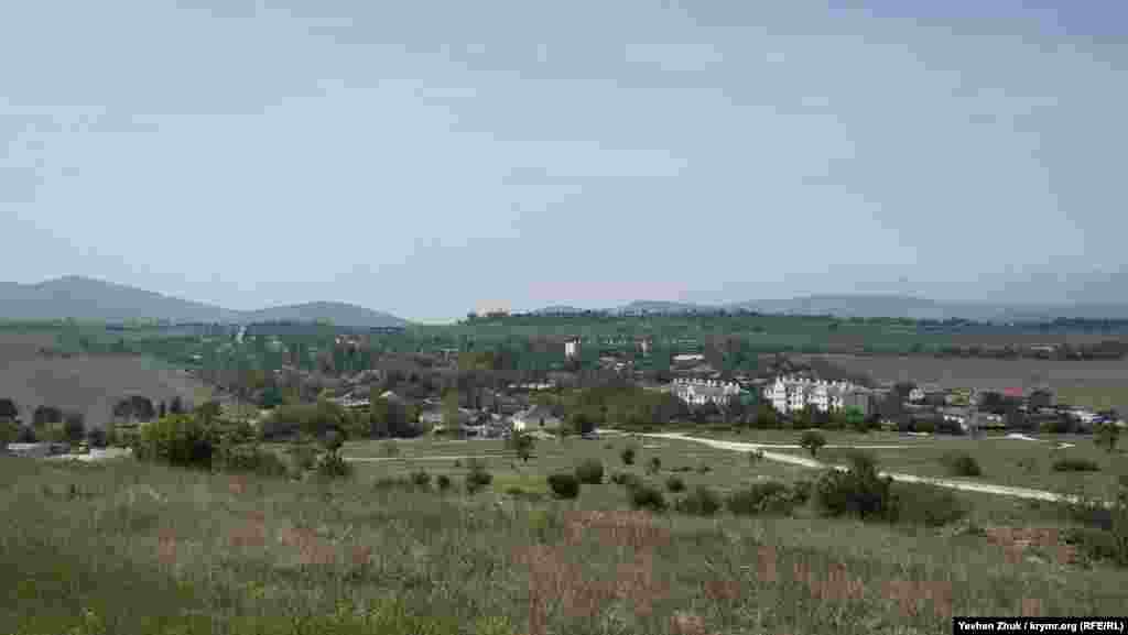 Вид на Первомайское с Федюхиных высот. С трех сторон село окружено виноградниками