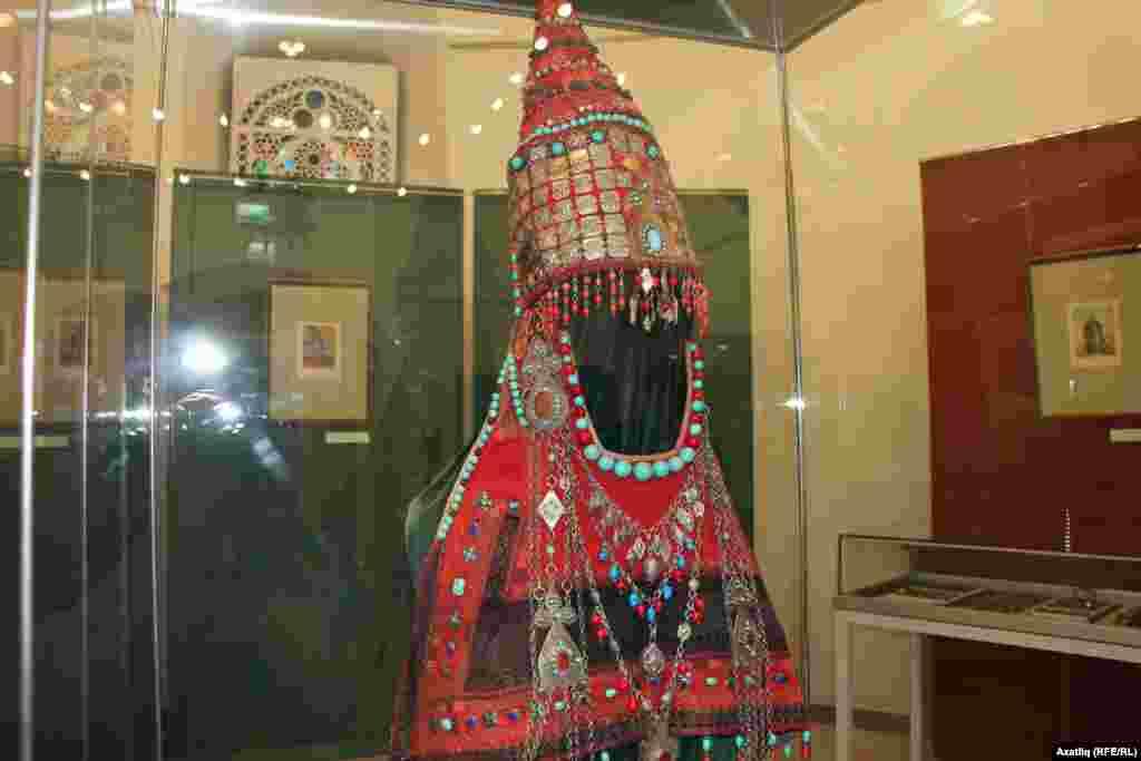 Жемчужиной собрания является редкий женский головной убор цилиндрической формы, украшенный ювелирными подвесками различной формы с прикрепленным нагрудником и накосником