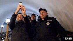 Задержанный Навальный делает селфи