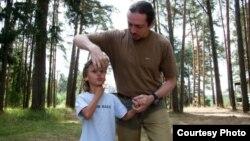 Специалист занимается с ребенком, больным аутизмом.