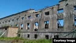 Разрушенное здание целлюлозно-бумажного комбината в городе Поронайске на Сахалине.