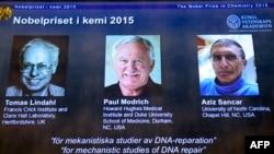 Обладатели Нобелевской премии 2015 года по химии — швед Томас Линдаль (слева), американец Пол Модрич (в центре) и американец турецкого происхождения Азиз Санкар.