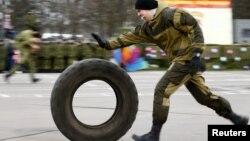 Белорусские спецназовцы показывают свое мастерство в Минске во время празднования Масленицы. 28 февраля 2016 года.