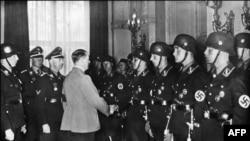 هیملر (نفر اول سمت چپ هیتلر) نفر دوم حکومت آلمان نازی بود