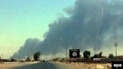 دخان يتصاعد من الموصل في يوم 19 حزيران 2014