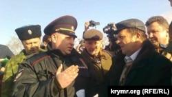 Офицер полиции требует от активиста не проводить митинг на площади Нахимова.