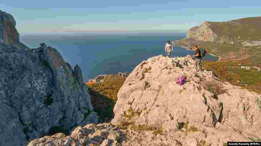 Перед скалистым гребнем Деликли-Бурун (слева), что переводится с крымскотатарского как дырявый мыс. Еще его называют «Лягушкой», или «Крабом». Здесь начинается виа феррата «Деликли-Бурун – Ильяс-Кая»