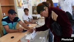 Armenia - A voter in Tsaghkahovit village casts a ballot in a local election, 18Sep2016.