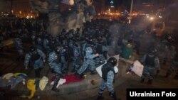 «Беркут» розганяє мирну акцію протесту на Майдані в Києві, 30 листопада 2013 року