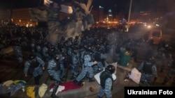 Беркут розганяє Євромайдан, 30 листопада 2013 року
