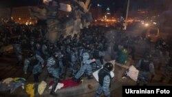 Милиция разгоняет протестующих сторонников евроинтеграции. Киев, 30 ноября 2013 года.