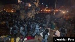 Сотрудники спецподразделения украинской милиции «Беркут» разгоняют демонстрацию в центре Киева. 30 ноября 2013 года.