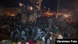 Украина милициясының «Бүркіт» (Беркут) арнайы жасағы Тәуелсіздік алаңындағы шеруді күштеп тарқатты. Киев, 30 қараша 2013 жыл.