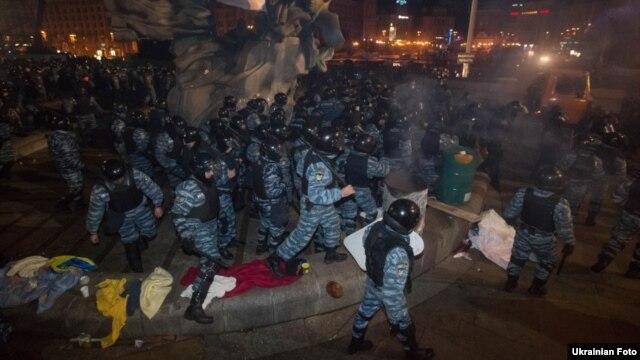«Беркут» розганяє Євромайдан, 30 листопада 2013 року