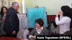Сот залында наразылық танытып тұрған қазақстандық журналистер. Көрнекі сурет.