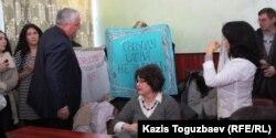 Акция протеста оппозиционных журналистов в зале Алматинского городского суда, где проводился брифинг. Алматы, 28 февраля 2013 года.