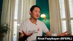 Гражданская активистка Асия Тулесова дает интервью Азаттыку после освобождения. Алматы, 14 августа 2020 года.