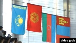 Көчмөндөр оюндарында кыргыз күрөшүнөн 60 килограмм салмакта байге уткан балбандардын урматына көтөрүлгөн өлкөлөрдүн желектери.