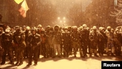 Сторонники интеграции Украины с Евросоюзом заблокировали улицу в центре Киева. 9 декабря 2013 года.