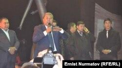 Экс-мэр Мелис Мырзакматов марафондо сүйлөп жатат. 14-ноябрь, 2013-жыл