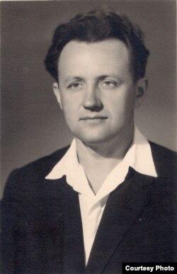 Алесь Адамовіч. 1957 г. З асабістага фонду А. Адамовіча ў БДАМЛіМ
