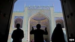 Силуэты людей на фоне мечети в Афганистане.