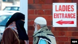 Ұлыбританияның Бирмингем қаласында мұсылмандар жұма намазына бара жатыр.