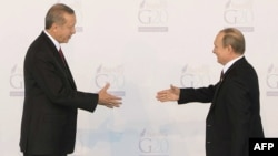 Turkish President Recep Tayyip Erdogan (left) greets Russian President Vladimir Putin at the G20 summit in Antalya, Turkey, on November 15. Moscow says the two do not plan to speak on the sidelines of a summit next week in Paris.