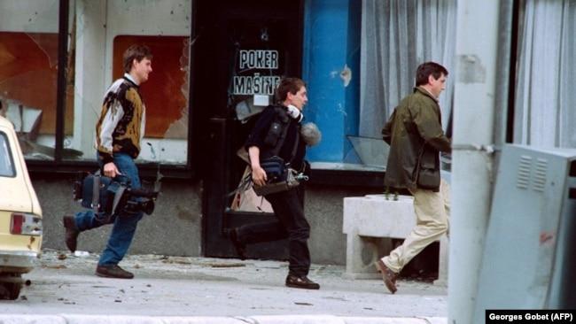 Medijska ekipa bježi pod vatrom snajpera, Sarajevo, maj 1992