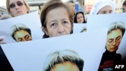 Правозащитники участвуют в акции в память убитой журналистки Анны Политковской. Москва, 7 октября 2010 года.