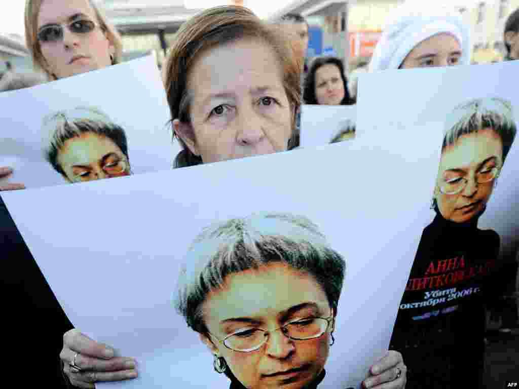 Кілька сотень людей прийшли на мітинг пам'яті в четверту річницю вбивства журналістки «Нової газети» Анни Політковської, Москва, 7 жовтня. Photo by Aleksei Sazonov for AFP