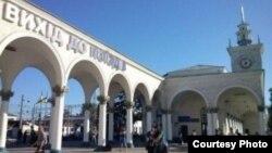 На железнодорожном вокзале в Симферополе демонтируют надписи на украинском языке. 22 мая 2014 года. Иллюстративное фото.