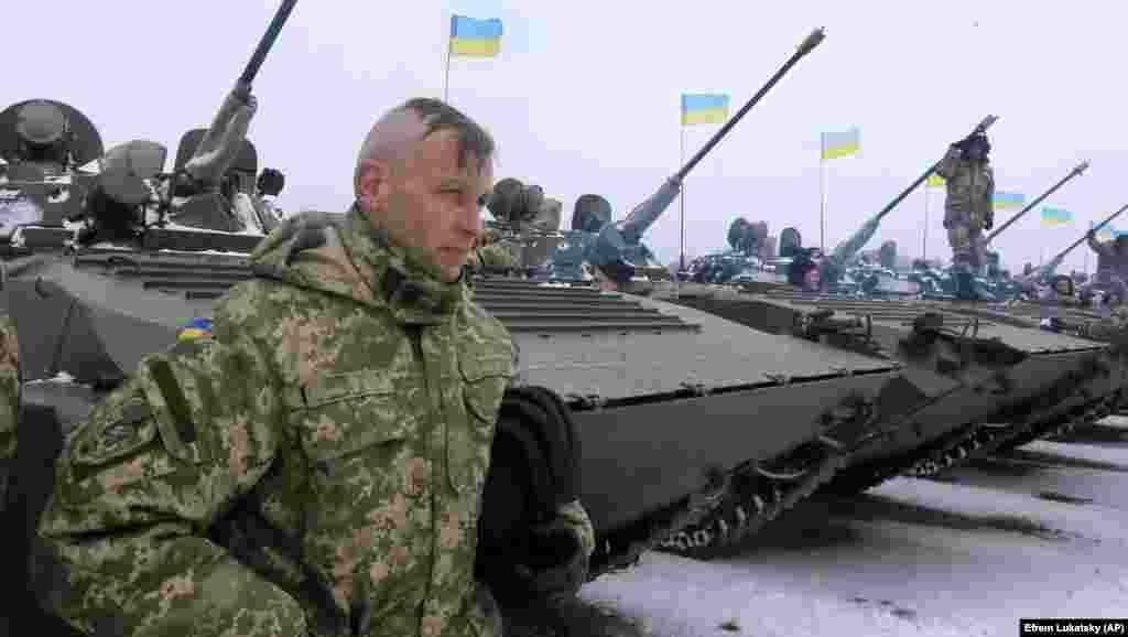 УКРАИНА - Министерството за одбрана на Украина соопшти дека еден од нејзините војници е убиен и двајца се ранети во судири во источниот дел на земјата. Од Министерството денска наведоа дека сепаратистите поддржани од Русија 11 пати го прекршиле прекинот на огнот во последните 24 часа пукајќи со митралези, ракетни гранати и минофрлачи.