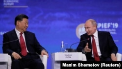 Russian President Vladimir Putin (right) and Chinese President Xi Jinping attend a session of the St. Petersburg International Economic Forum in June 2019.